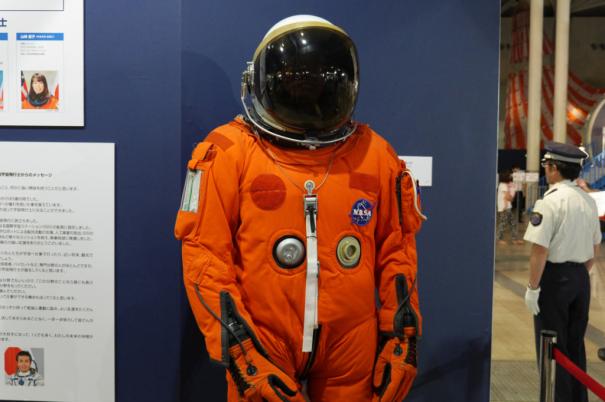 スペースシャトルに搭乗する際に着る与圧服 [photo: Travel Online News]