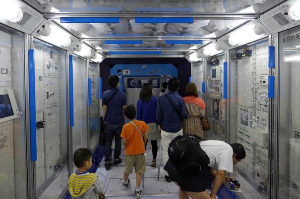 国際宇宙ステーション(ISS)の「きぼう」日本実験棟の実物大モデルの内部 [photo: Travel Online News]