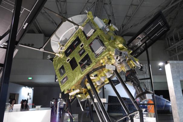 探査機「はやぶさ」の実物大モデル [photo: Travel Online News]