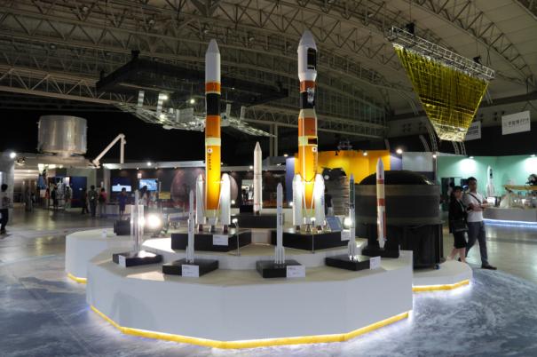 JAXAの歴代のロケットの模型 [photo: Travel Online News]