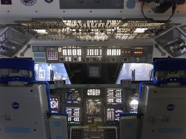 スペースシャトルのコックピット(レプリカ)[photo: Travel Online News]