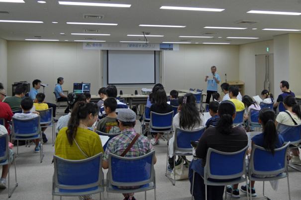 管制塔下のビルの会議室に集まった参加者の皆さん [photo: Travel Online News]