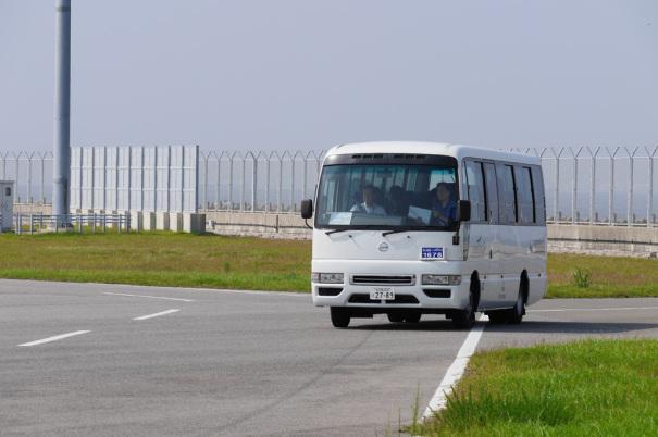 見学者を乗せたバス [photo: Travel Online News]