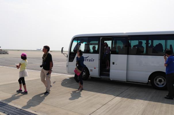バスから降りる見学者 [photo: Travel Online News]