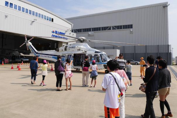 ヘリコプターの前に集まる見学者 [photo: Travel Online News]