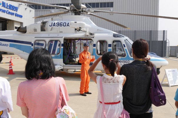 ヘリのパイロットの方が、ヘリコプターを解説 [photo: Travel Online News]