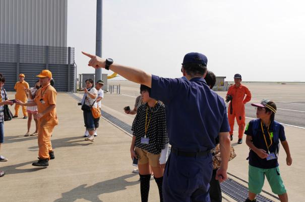 見学者の質問に答える海上保安官 [photo: Travel Online News]