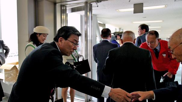 乗客に記念品を渡す、スターフライヤーの松石社長 [photo: Travel Online News]