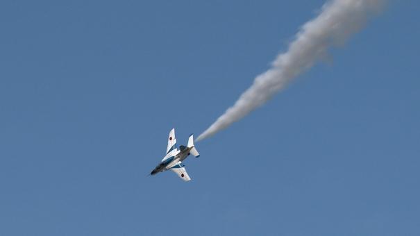 ブルーインパルスの展示飛行 [photo: Travel Online News]