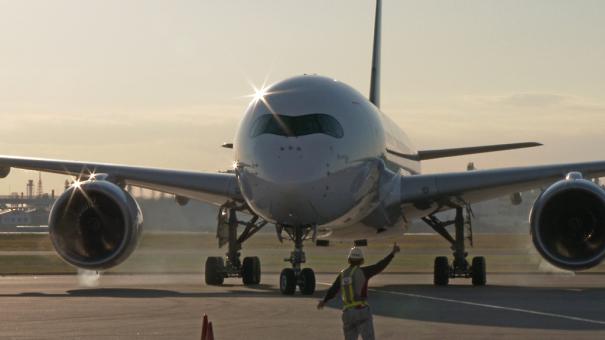 羽田空港 JAL格納庫前に到着したエアバスA350-900
