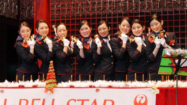 JAL客室乗員によるミュージックベル隊「JALベルスター」 [photo: Travel Online News]