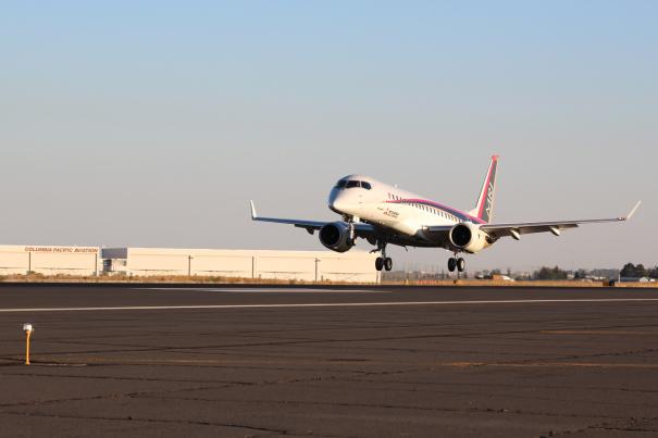 グラントカウンティ空港に着陸するMRJ