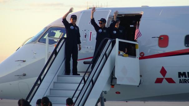安村機長(左)と山崎副操縦士