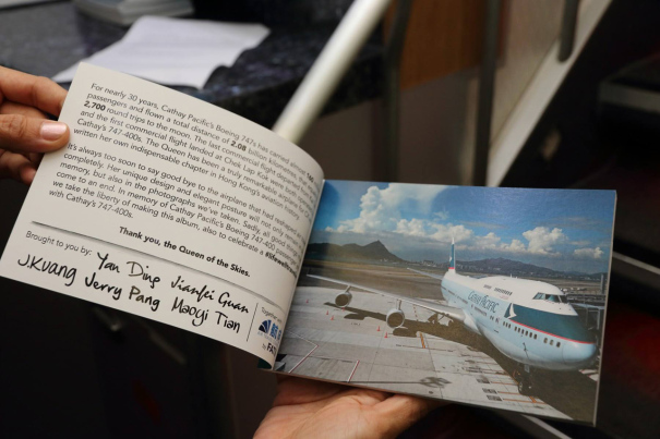 ラストフライトの記念品 [photo: キャセイパシフィック航空]