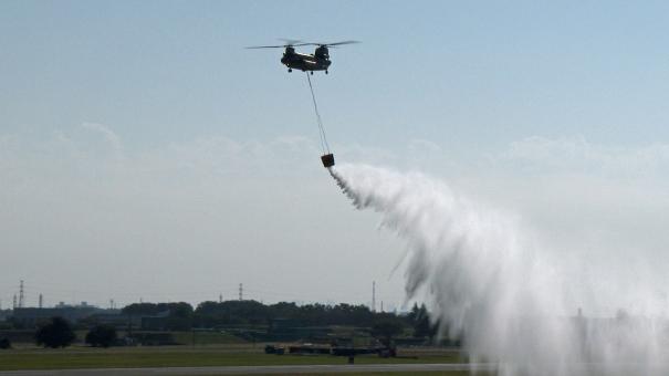 CH-47Jによる火災消火のデモンストレーション(入間基地航空祭2016)