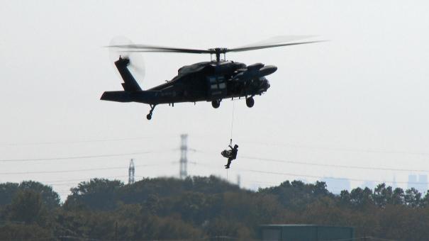 UH-60Jによる遭難者救助のデモンストレーション(入間基地航空祭2016)