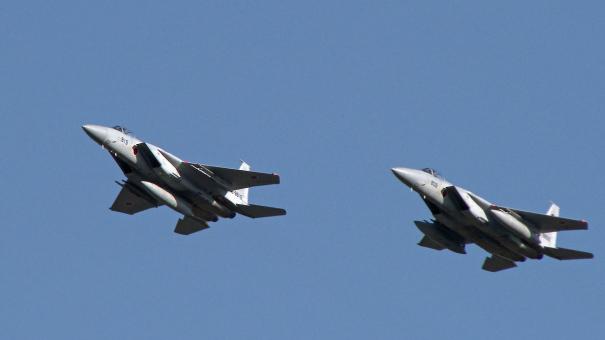 入間基地上空をローパスするF-15J戦闘機(入間基地航空祭2016)