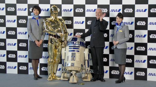 アンソニー・ダニエルズさんが、C-3PO、R2-D2と一緒に記念撮影
