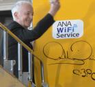 映画「スターウォーズ」でC-3PO役を演じたアンソニー・ダニエルズさんが機体にサイン