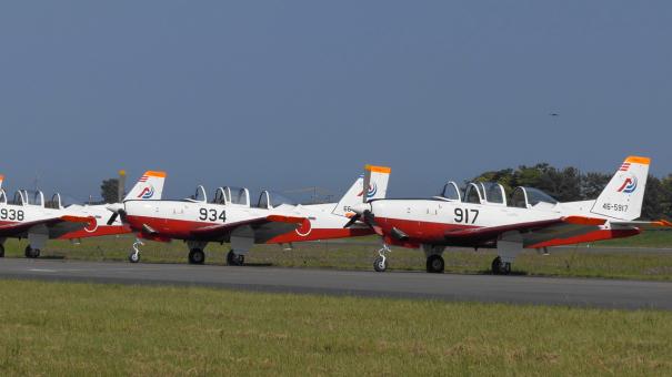 編隊飛行を披露したT-7練習機