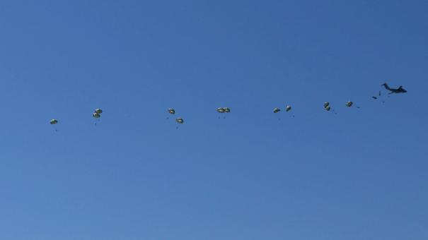 C-1輸送機からの空挺部隊降下