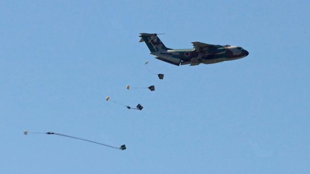 C-1輸送機の物資投下