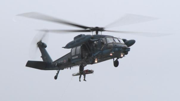 UH-60J救難ヘリコプターによる遭難者救助のデモンストレーション