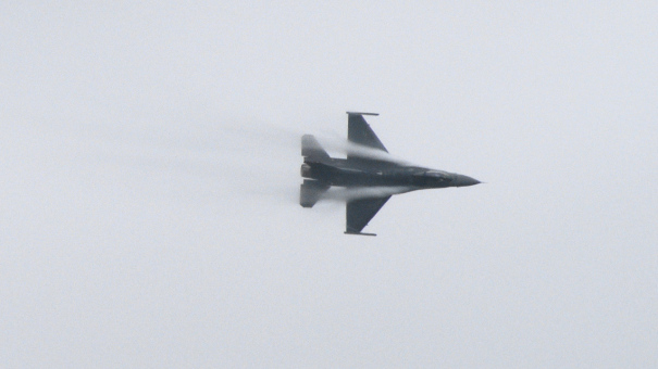 米軍のF-16による曲技飛行
