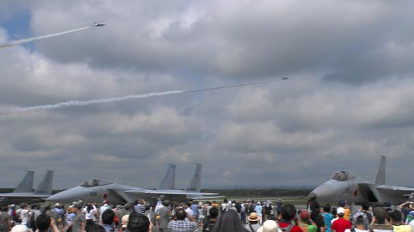 ブルーインパルス5番機、6番機による航過飛行