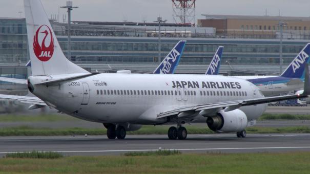 C滑走路を離陸する、JALのボーイング737