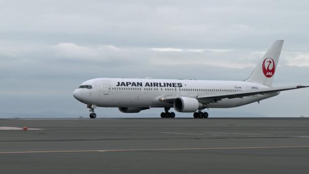 D滑走路を離陸する、JALのボーイング767