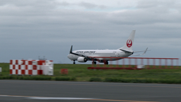D滑走路を離陸する、JALのボーイング737