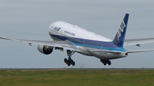 D滑走路を離陸する、ANAのボーイング777