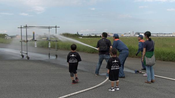 本物の消防車のホースを使って放水体験