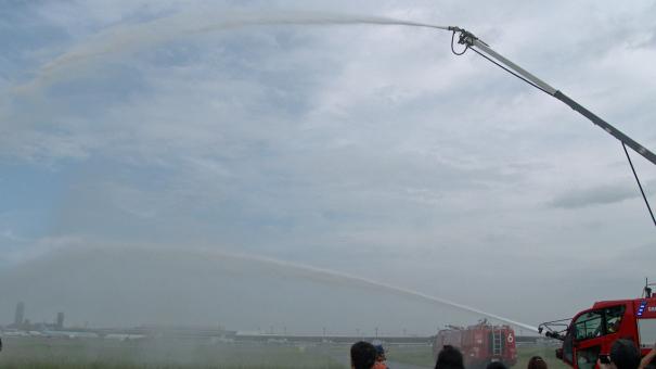 化学消防車の放水を見学